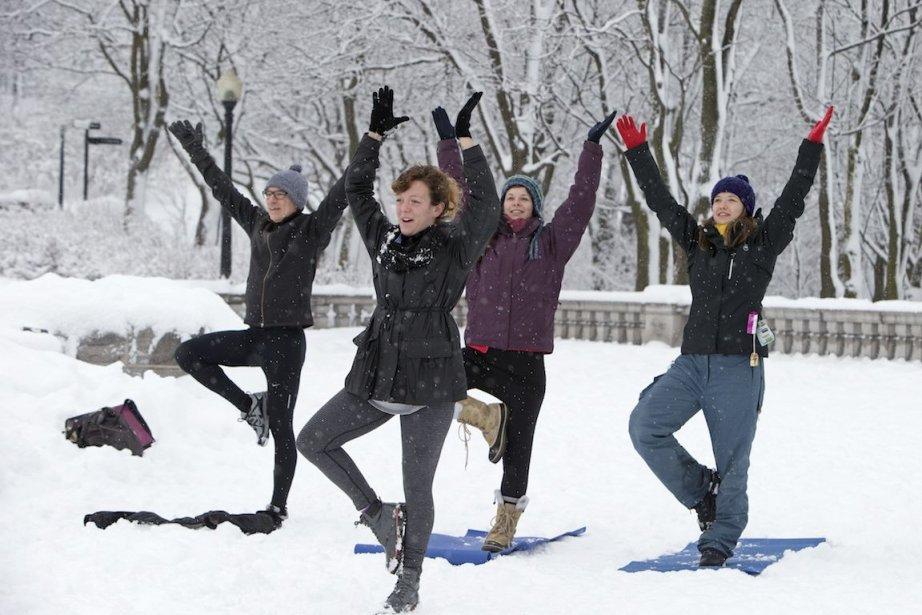 Yoga et neige. Un mélange étonnant, mais... (Photo Robert Skinner, La Presse)