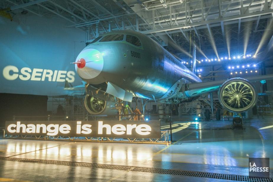 Bombardier a dévoilé jeudi le premier appareil de... (Photo Ivanoh Demers, La Presse)