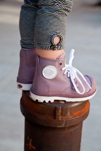 Les bottes Palladium, qu'on a tant aimées dans les années 80, existent maintenant en version mini. Canevas résistant, cuir de haute qualité et semelle de caoutchouc quasi indestructible font de ces bottes un indispensable pour les explorateurs tout-terrain. Mais c'est avant tout pour leur design minimaliste décliné dans des coloris branchés qu'on trouve ces chaussures ultramignonnes. À partir de 35$, notamment chez Tony Pappas, dans certains magasins Panda et en ligne à palladiumboots.com. ()