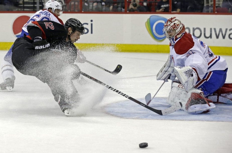 Eric Staal devant Carey Price. (Photo Gerry Broome, Associated Press)
