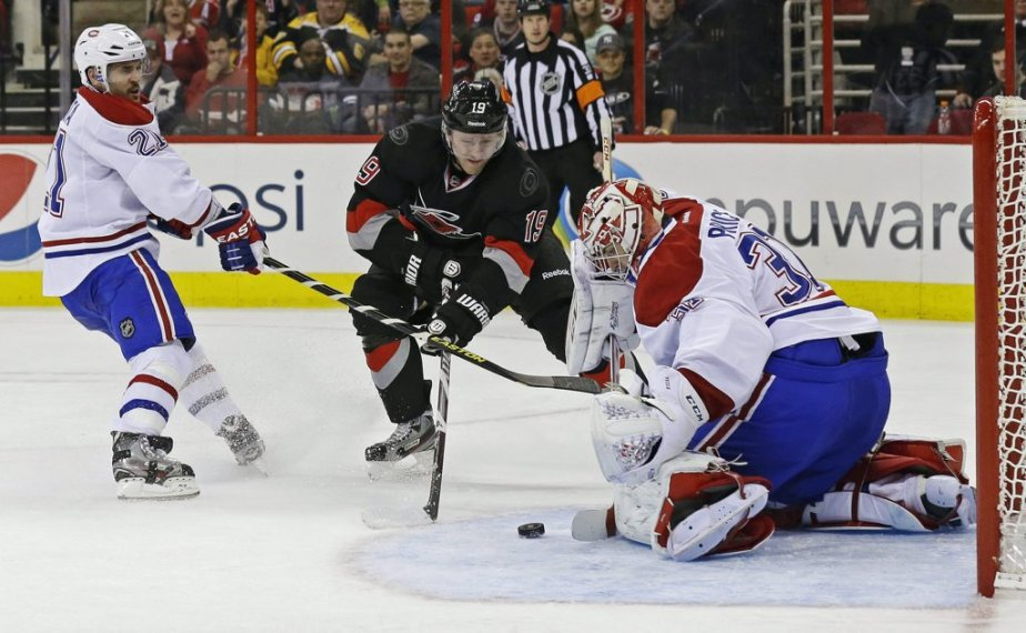 Jiri Tlusty lance sur Carey Price. (Photo Gerry Broome, Associated Press)