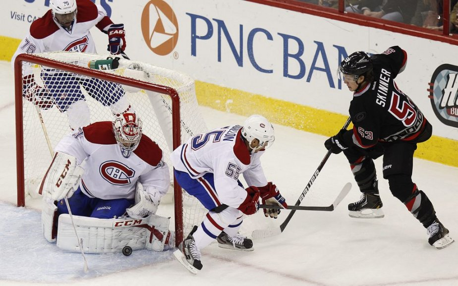 Carey Price et Francis Bouillon stoppent Jeff Skinner. (Photo Ellen Ozier, Reuters)