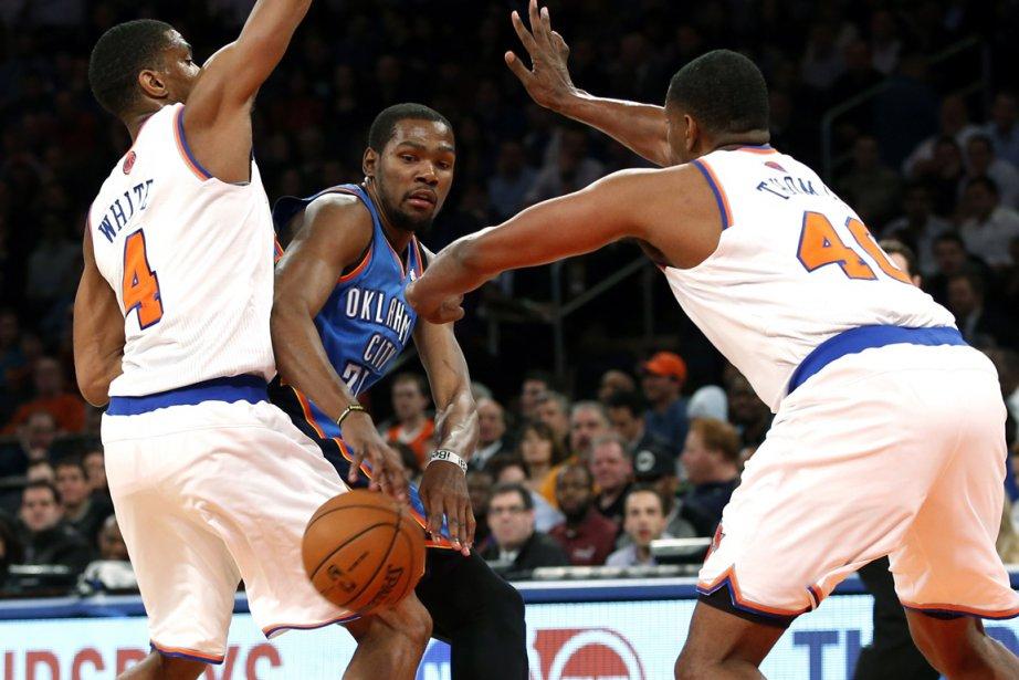 Kevin Durant (au centre) a inscrit 34 points... (Photo Mike Segar, Reuters)