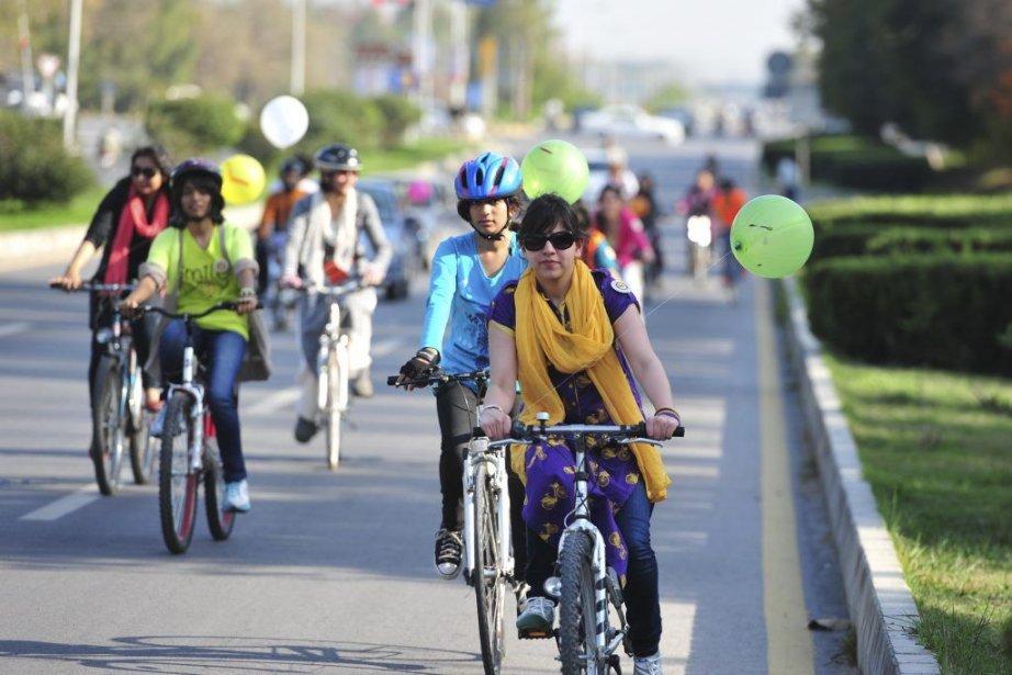 Des femmes pakistanaises ont enfourché leur vélo pour... (PHOTO FAROOQ NAEEM, AFP)