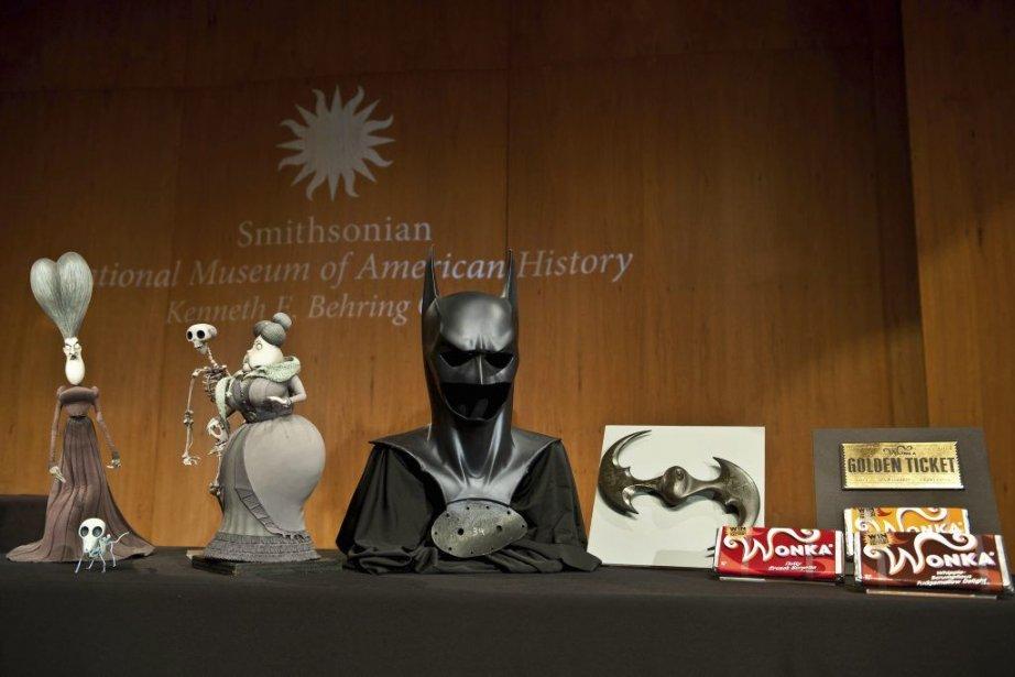 Le masque de Batman, la tenue très sexy de Catwoman, un ticket... (Photo: AFP)