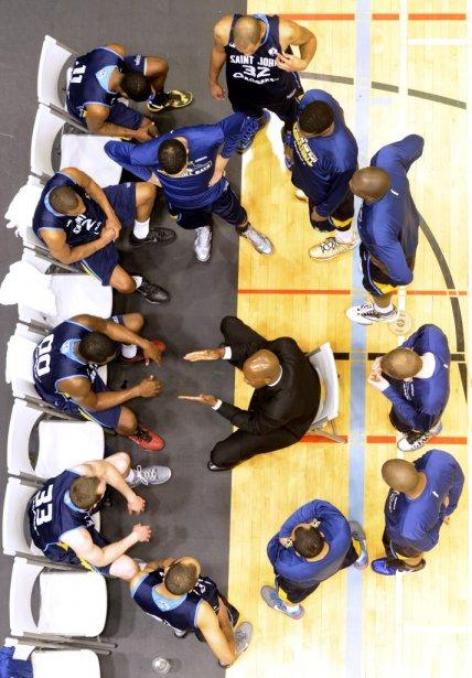 L'entraîneur David Cooper et les joueurs des Mill Rats. | 8 mars 2013