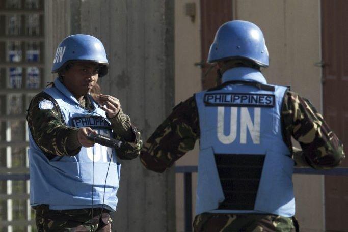 Des casques bleus philippins montent la garde à... (PHOTO AHMAD GHARABLI, AFP)