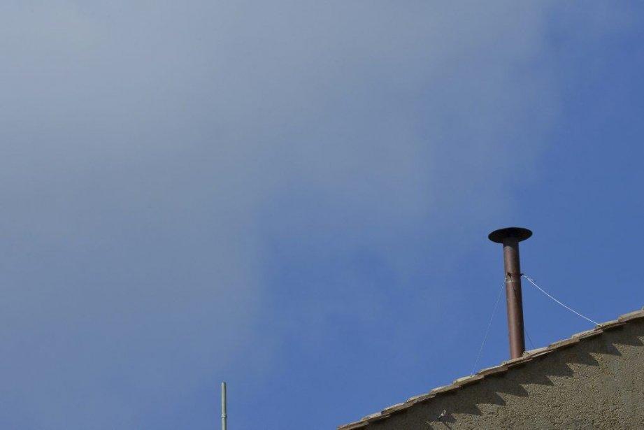 Les pompiers ont installé sur le toit de... (PHOTO GABRIEL BOUYS, AFP)