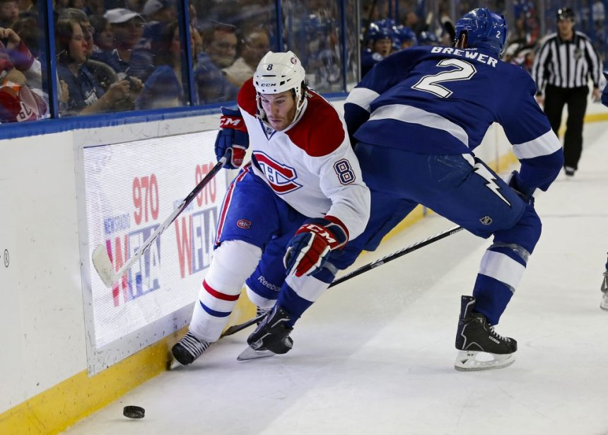 Brandon Prust (8) évite la mise en échec d'Eric Brewer (2). (PHOTO MIKE CARLSON, REUTERS)