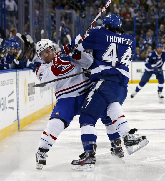 Nate Thompson (44) assène une mise en échec à David Desharnais (51). (PHOTO MIKE CARLSON, REUTERS)