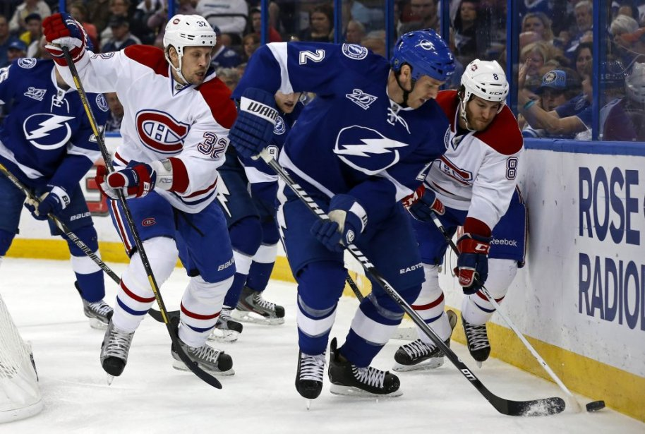 Le défenseur Eric Brewer (2) tente d'échapper à Travis Moen (32) et Brandon Prust (8). (PHOTO MIKE CARLSON, REUTERS)