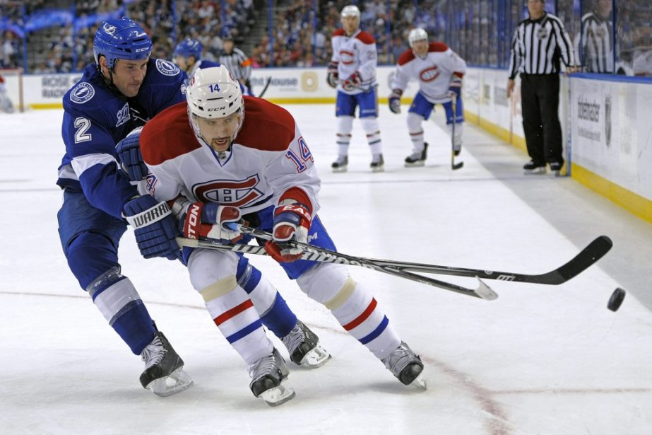 Eric Brewer (2) et Tomas Plekanec (14) bataillent pour la possession de la rondelle. (PHOTO BRIAN BIANCO, AP)