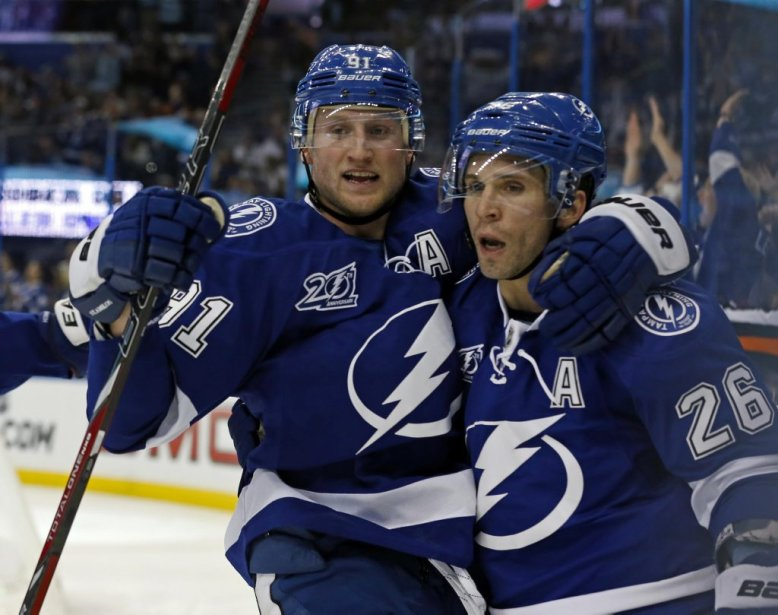 Steven Stamkos (91) et Martin St. Louis (26) se félicitent à la suite d'un but inscrit par le Lightning. (PHOTO MIKE CARLSON, REUTERS)