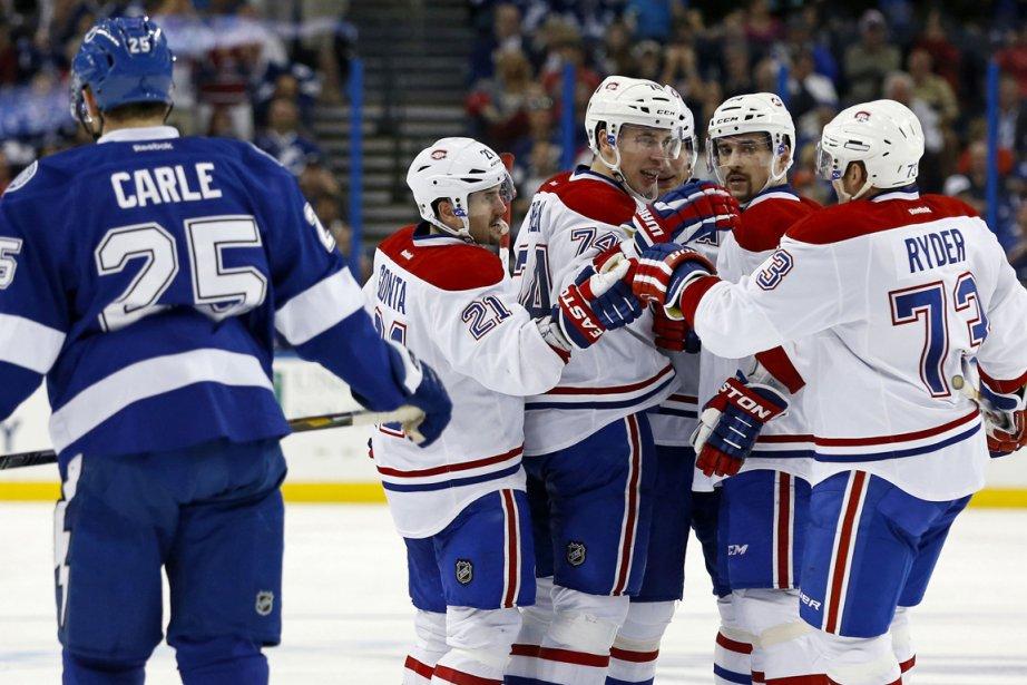 Les joueurs du Canadien félicitent Alexei Emelin (au...