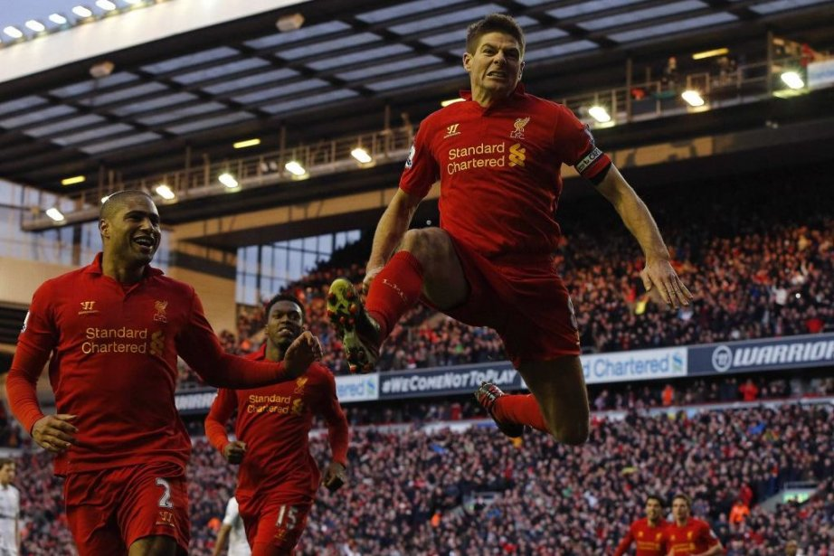 Steven Gerrard (au centre) célèbre son but donnant la... (PHOTO PHIL NOBLE, REUTERS)