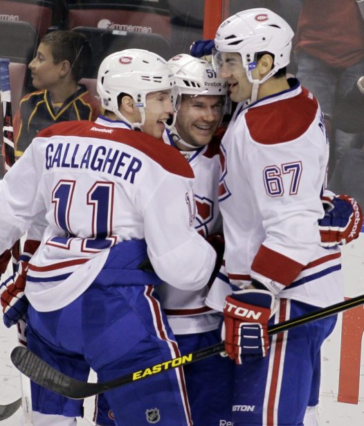 Brendan Gallagher (11) et Max Pacioretty (67) félicitent David Desharnais (51). (PHOTO LUIS M. ALVAREZ, AP)
