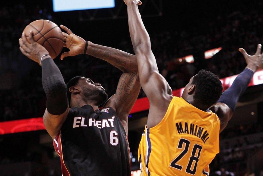 LeBron James (à gauche), du Heat, effectue un... (Photo Robert Sullivan, Reuters)