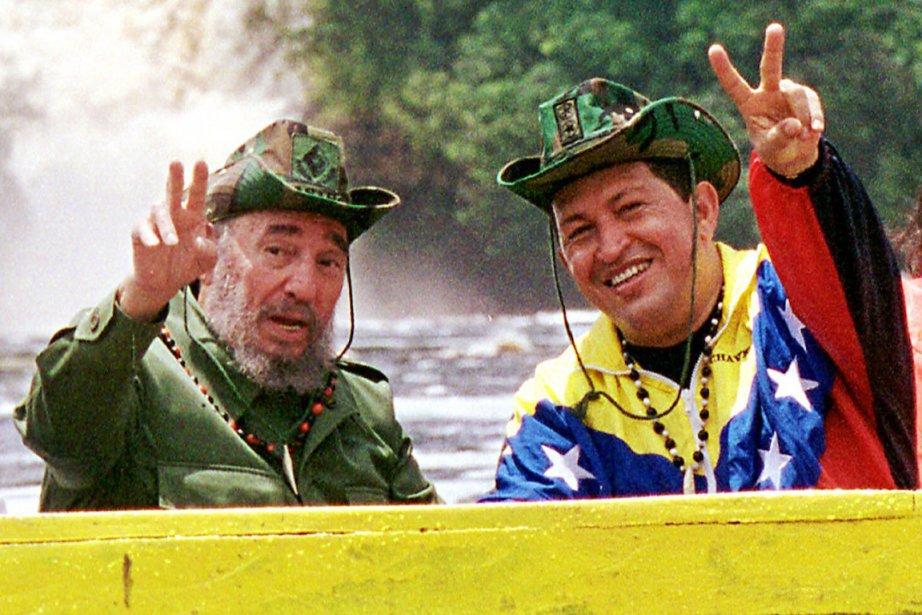 Fidel Castro (à gauche) en compagnie d'Hugo Chavez,... (PHOTO EGILDA GOMEZ, ARCHIVES AP/PALAIS MIRAFLORES)