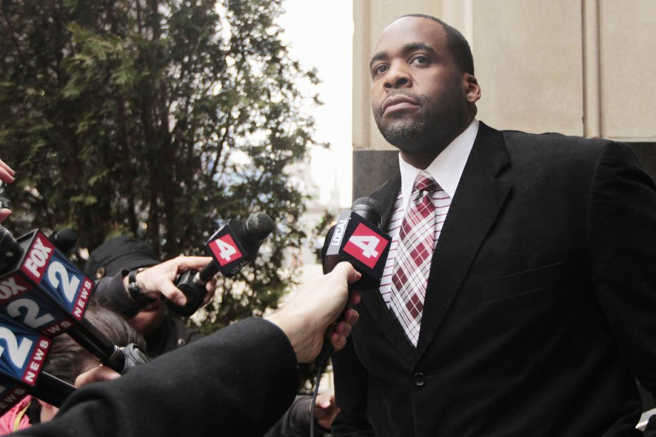 Kwame Kilpatrick à sa sortie du tribunal, à... (PHOTO JEFF KOWALSKY,REUTERS)