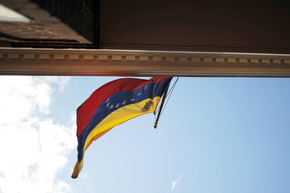 Le drapeau national flotte sur l'ambassade du Venezuela... (PHOTO JEWEL SAMAD, archives AFP)