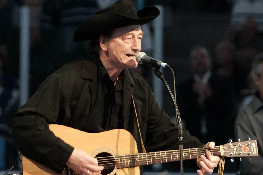 Stompin' Tom Connors chante The Hockey Song avant... (PHOTO ARCHIVES REUTERS)