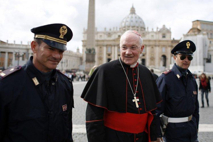 Marc Ouellet était escorté par des policiers italiens... (Photo: Reuters)
