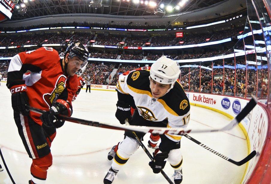 Chris Phillips et Milan Lucic, 2ème période Sens contre les Bruins | 11 mars 2013