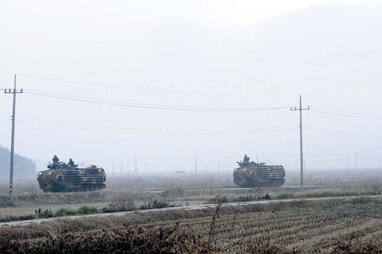 Des chars amphibies sud-coréens en patrouille sur l'île... (Photo: AFP)