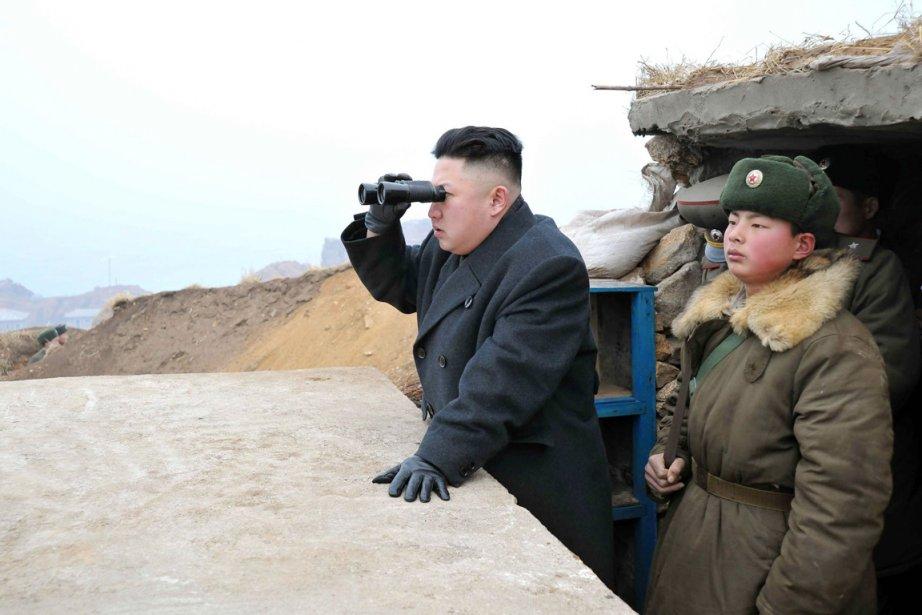 Kim Jong-un (à gauche) observe attentivement le territoire... (PHOTO AP)