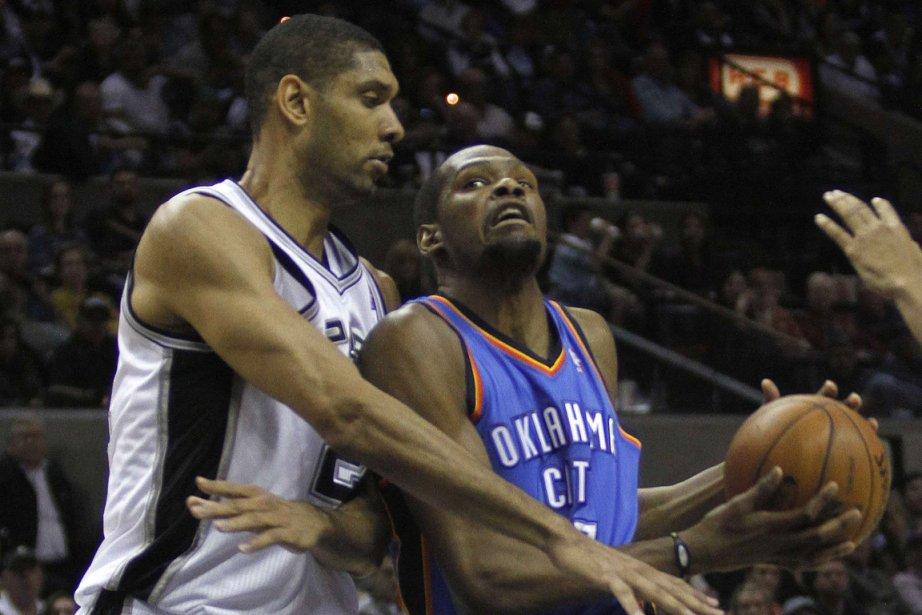 Tim Duncan, des Spurs, tente de freiner Kevin... (Photo Joe Mitchell, Reuters)
