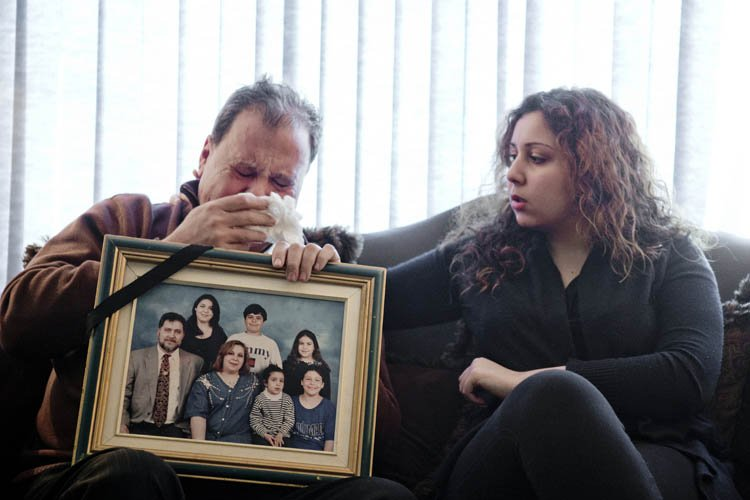 Tenant une photo de sa famille, Abdul-Hamid Sinno... (Photo: Marco Campanozzi, La Presse)