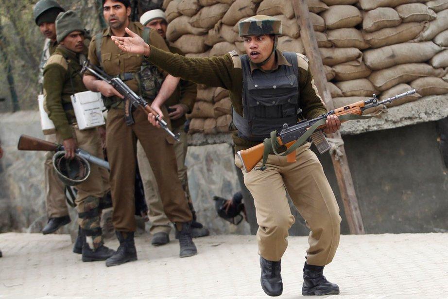 Un paramilitaire indien s'enfuit des lieux de la... (PHOTO REUTERS/Danish Ismail)