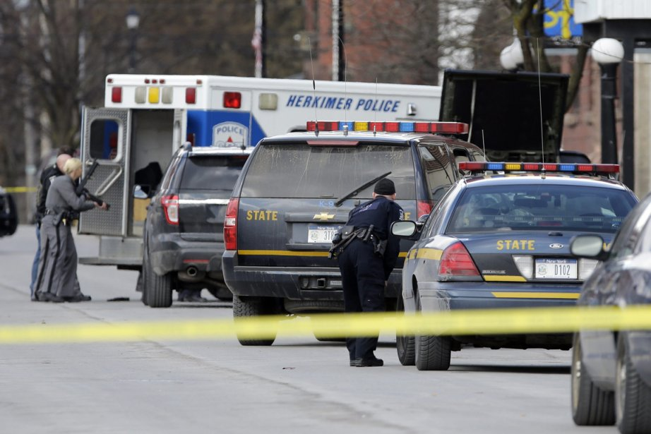 Des policiers dans la Main Street de Herkimer,... (Photo Mike Groll, AP)