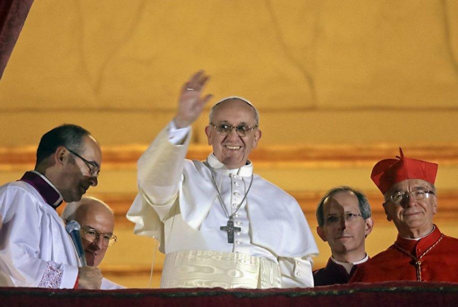 Le pape François salue la foule après son... (Photo Gregorio Borgia, AP)