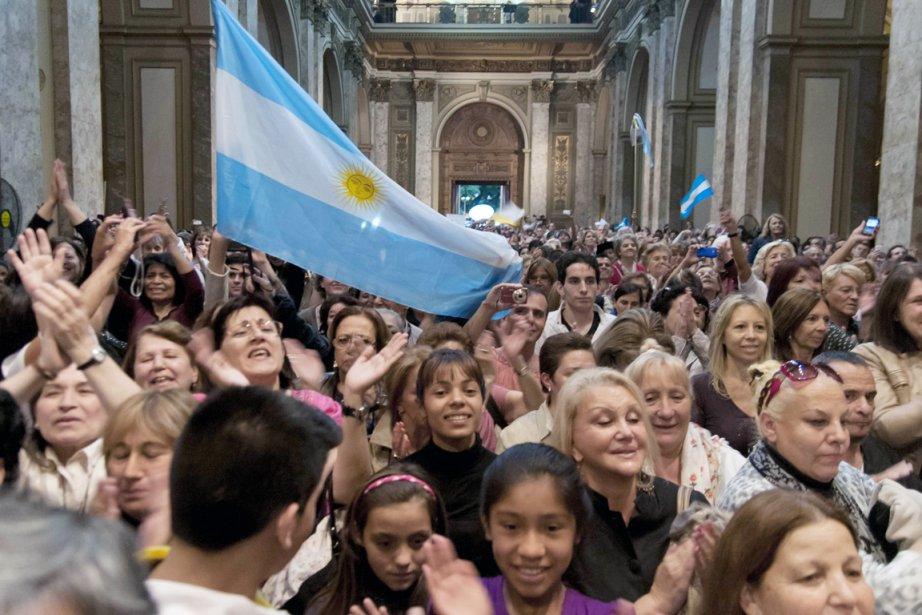 Les Argentins célèbrent l'élection de leur pape François,... (PHOTO MARIANO SANCHEZ, AFP)