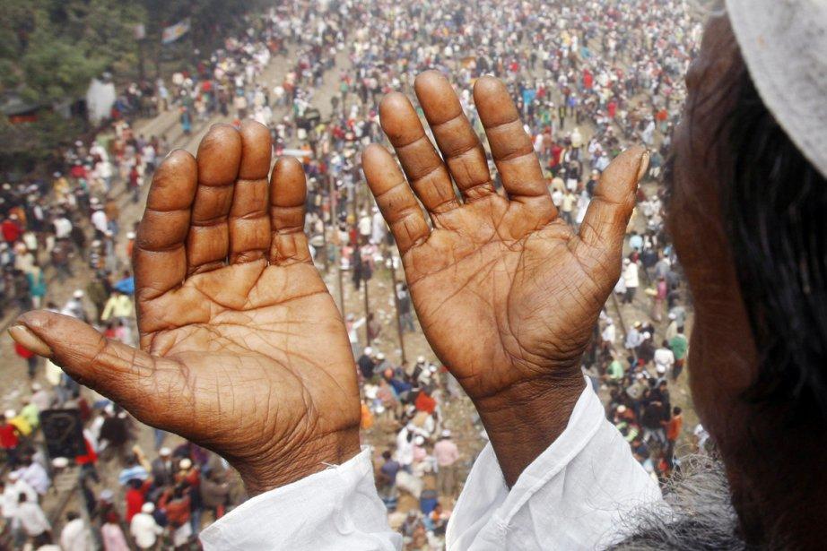 Un Bangladais de confession musulmane prie, lors d'un... (PHOTO PAVEL RAHMAN, AP)