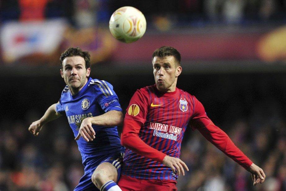 Juan Mata de Chelsea et Mihai Pintilii de... (Photo Glyn Kirk, Agence France-Presse)