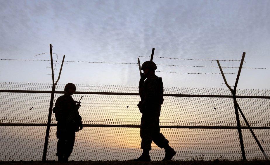 Soldats sud-coréens patrouillant sur la frontière maritime de... (PHOTO YONHAP, AFP)