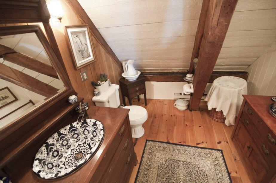 Maison ancestrale avec curie et man ge verch res for Salle de bain maison ancienne