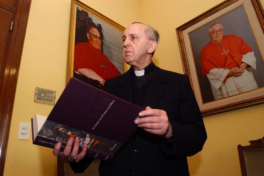 Jorge Bergoglio se rendait régulièrement dans les bidonvilles... (Photo David Fernandez-Clarin, REUTERS)