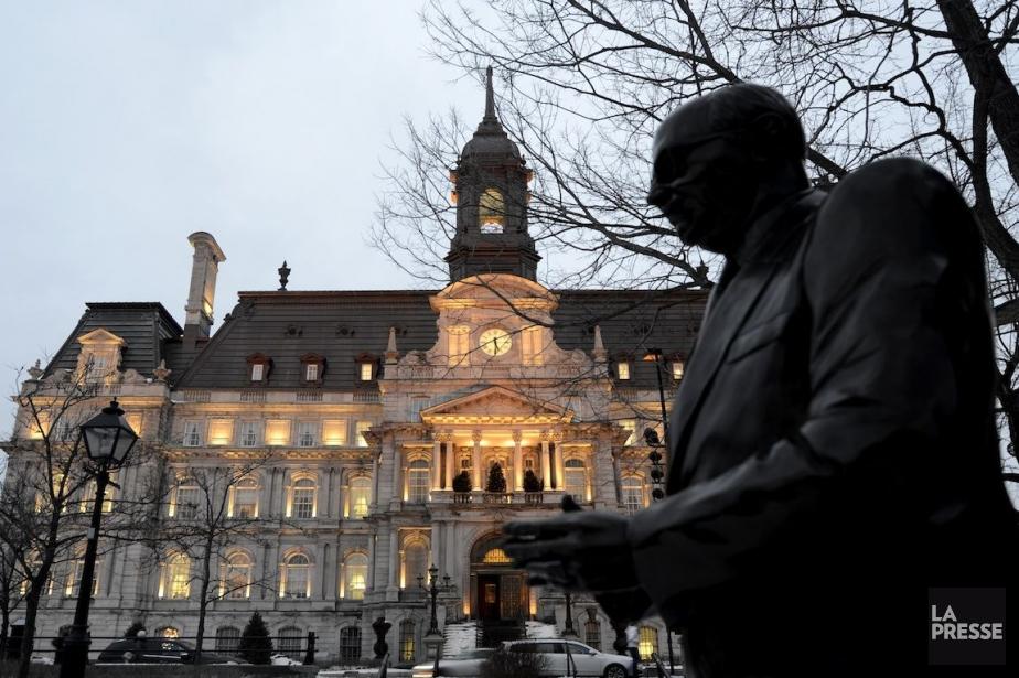 Devant l'hôtel de ville de Montréal se dresse... (Photo Bernard Brault, La Presse)