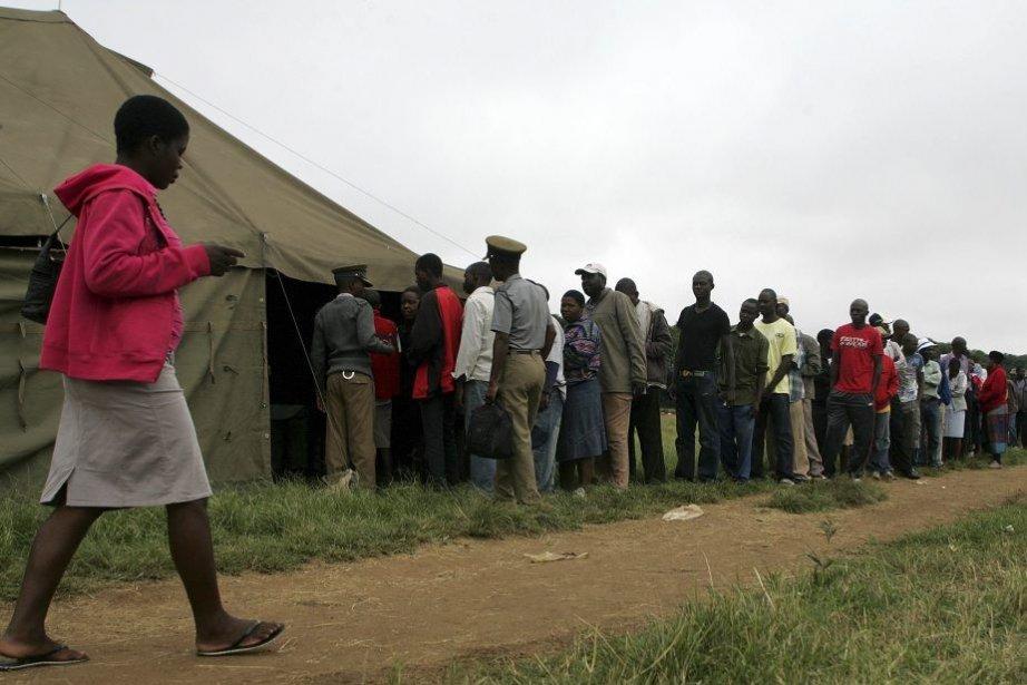 Les Zimbabwéens ont voté en masse à Harare... (PHOTO JEKESAI NJIKIZANA, AFP)