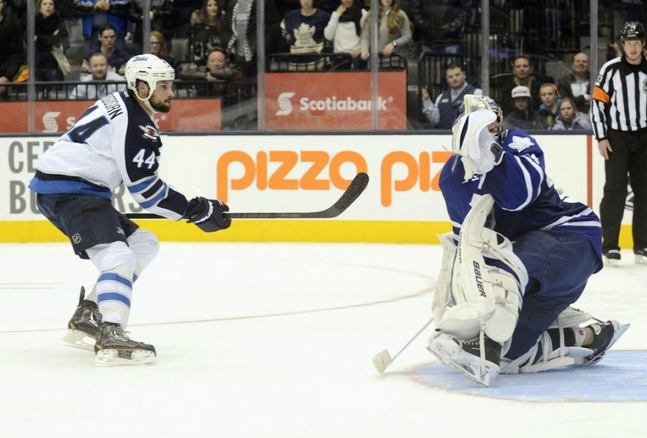 Zach Bogosian marque aux dépends de James Reimer... (Photo Aaron Harris, Reuters)