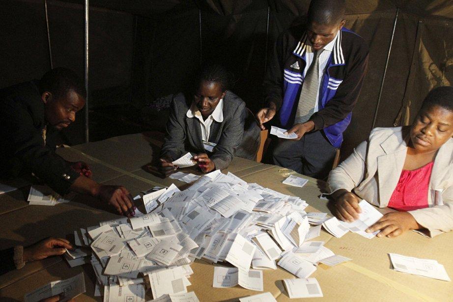 Des officiels comptent les bulletins de vote.... (Photo: Reuters)