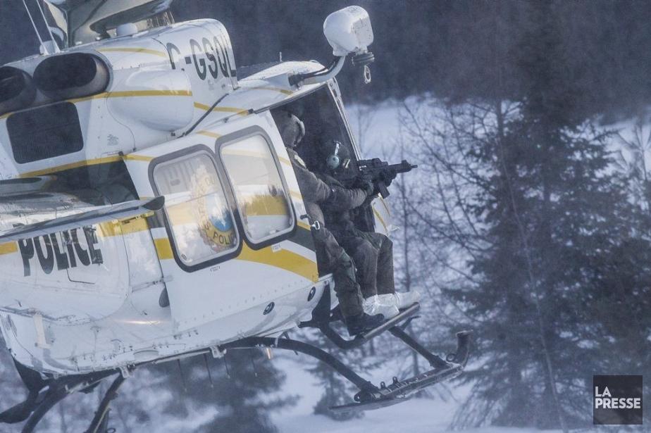 L'hélicoptère de la SQ survole le chalet où...