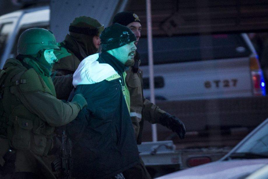 L'un de deux hommes évadés du centre de détention de Saint-Jérôme, lors de son arrestation en fin d'après-midi, à Chertsey. Lorsque La Presse lui a demandé son nom, il a répondu qu'il s'appelait «Loco» («fou» en espagnol). «J'ai rien à te dire», a-t-il ajouté. (Photo Olivier Pontbriand, La Presse)