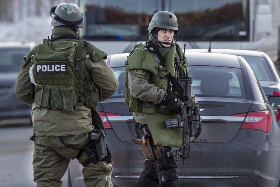 Des membres d'unite spéciale de la sureté du Québec. (Photo Olivier Pontbriand, La Presse)