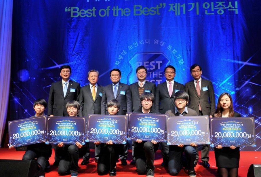 Cheon Joon-Sahng, premier de la rangée du bas...