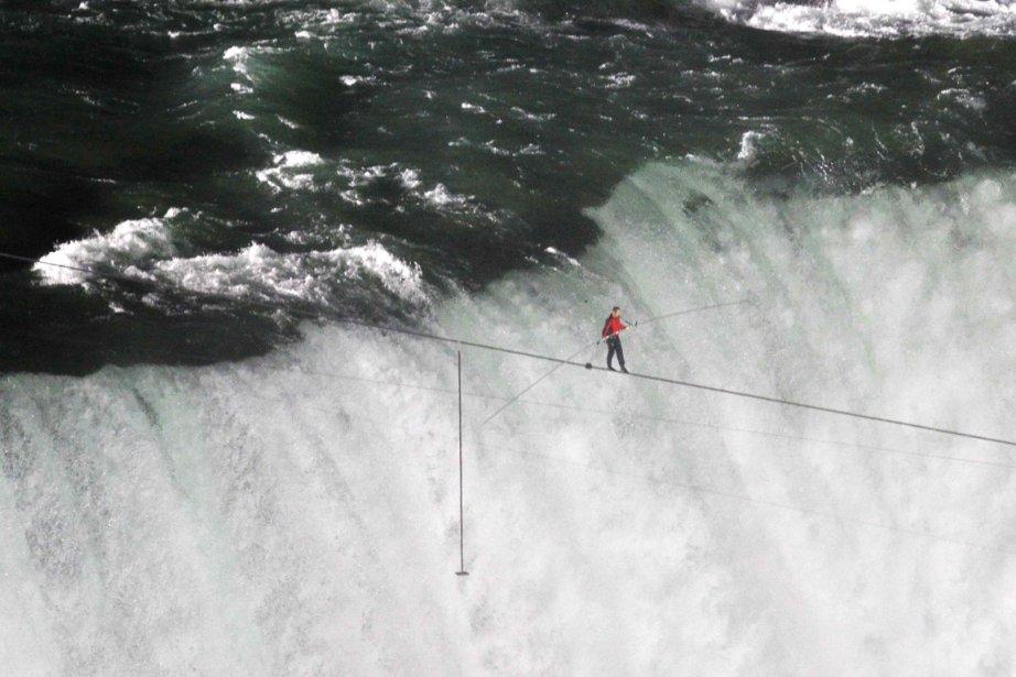 Le funambule Nik Wallenda avait traversé les chutes... (Photo Mark Blinch, Reuters)
