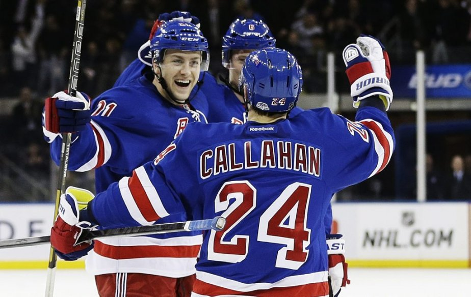 Derek Stepan célèbre son but avec Ryan Callahan... (Photo Frank Franklin II, AP)